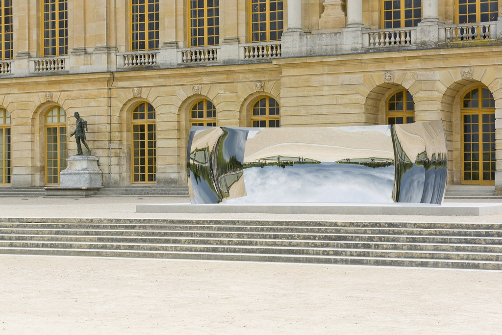 Anish Kapoor, C-Curve, 2007; stainless steel; installation view at the Château de Versailles, 2015; photo courtesy of Kapoor Studio, Kamel Mennour, and Lisson Gallery, © Tadzio